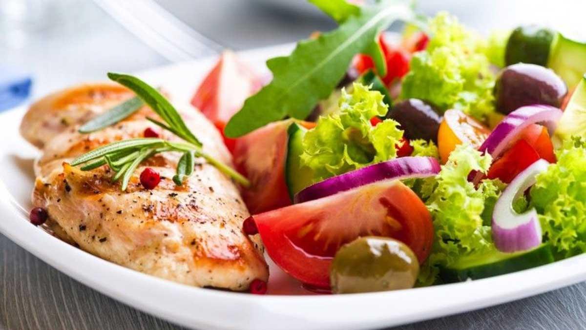 Ernährungstherapie - gesunder Teller mit Lebensmitteln