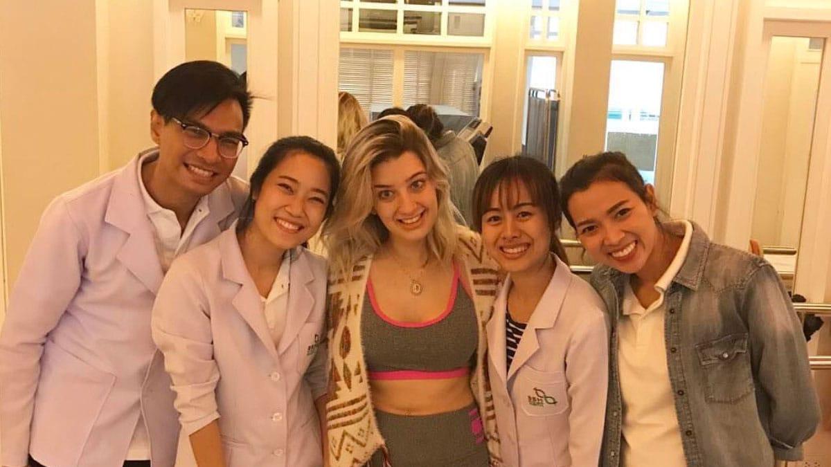Lorena mit Mitarbeitern, die sich in Thailand einer Ataxie-Stammzellbehandlung unterziehen