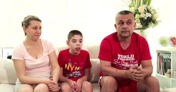 Alexandru Spiridon und Eltern auf der Couch diskutieren über ihre Stammzellbehandlung