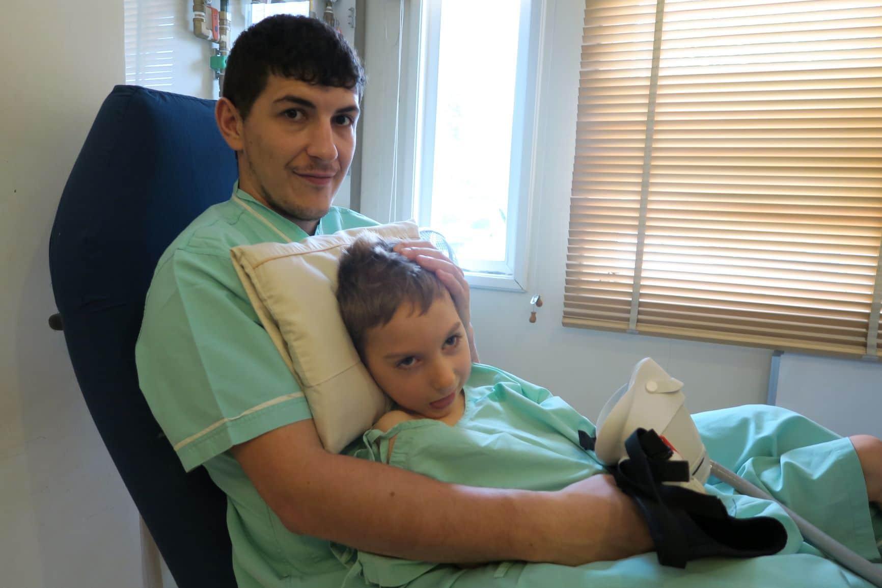 Enzo Thompson und sein Vater vor dem Eintritt in die Sauerstoffkammertherapie