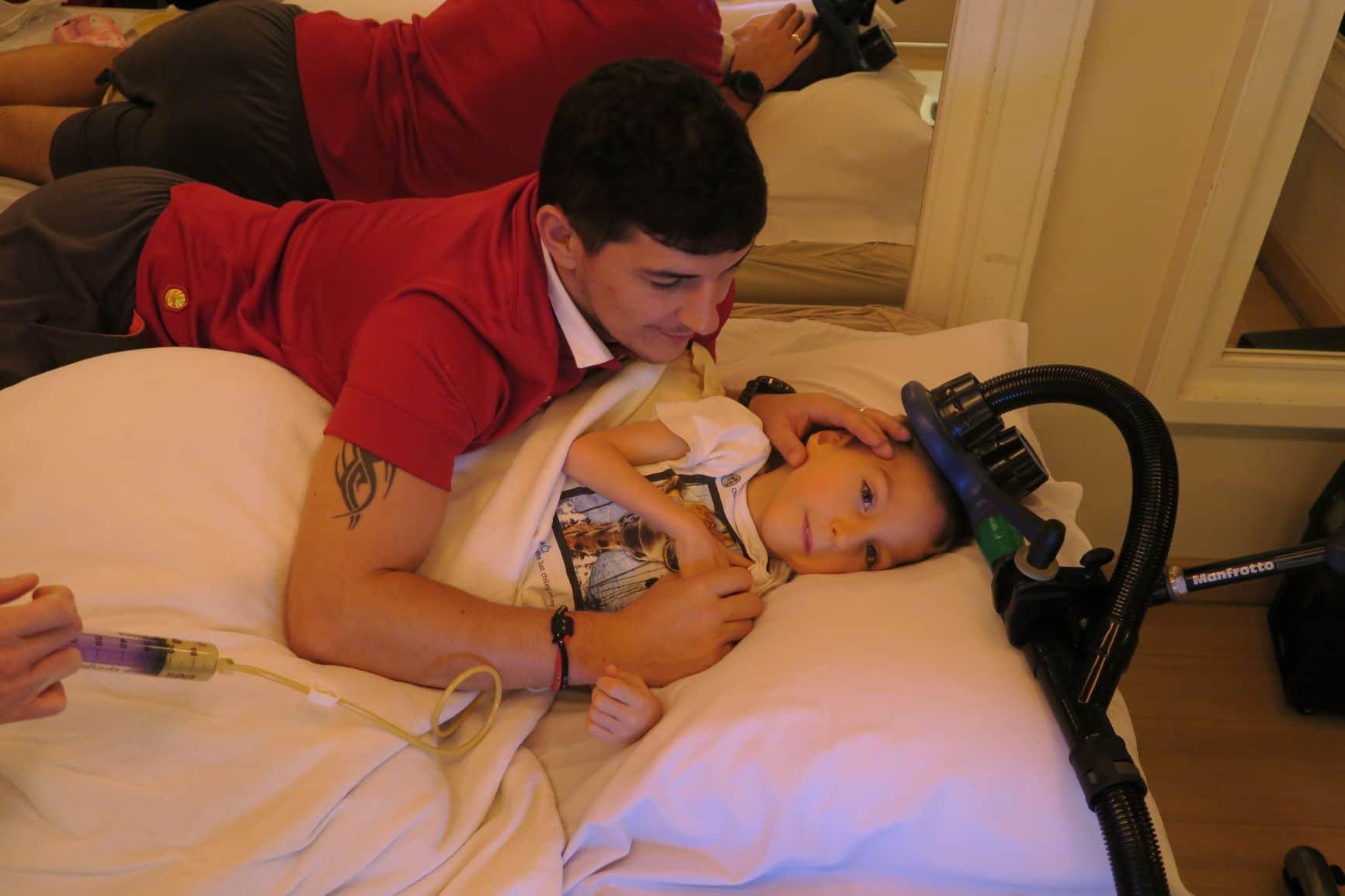 Bild von Enzo mit Vater, als er transkranielle Magnettherapie erhält