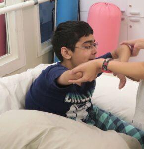 Saif während einer Physiotherapie-Sitzung